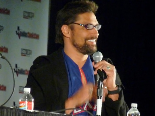 Manu Bennett doing his best Felicity impression Photo Credit: Nikki & Mary